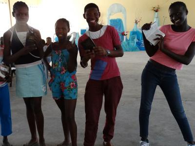 Tieners van de jeugdclub krijgen een bijbel nadat ze tien tokens verzamenld hebben